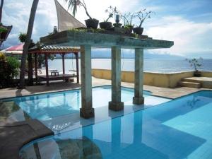 Zwembad van centrum Pantai Mas, Noord-Bali