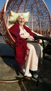 grandma yoyo in hangstoel